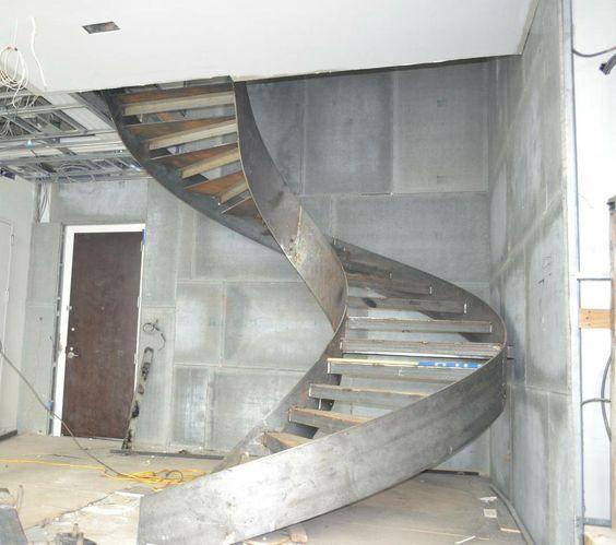 Винтовая лестница в ремонтируемом помещении