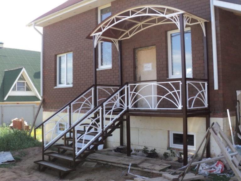 Лестница и крыльцо загародного дома