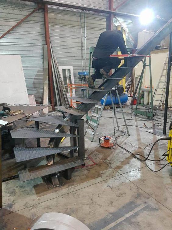 Монтажники варят лестницу на косоуре