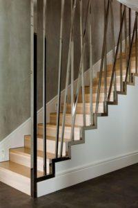 Красивая лестница из нержавейки в доме