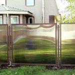 Пластиковый забор в частном доме