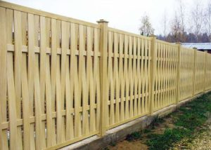Светлый плетеный забор