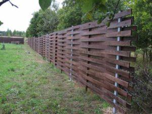 Плетенный забор возле сада