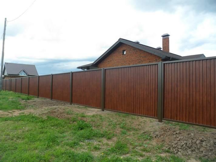 Деревянный секционный забор в деревне