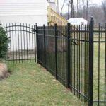Забор из металлических прутьев возле загародного дома