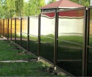 Забор из поликарбонада загородом