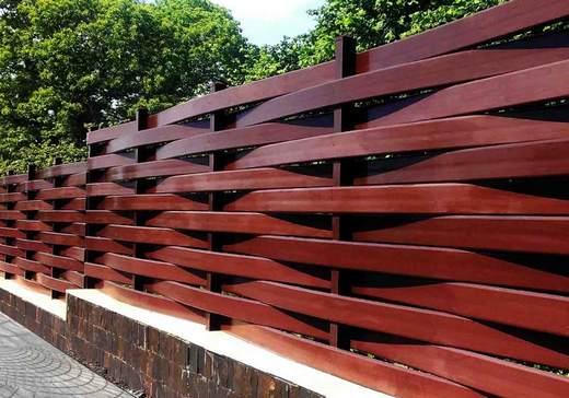 Плетеный забор из красного дерева