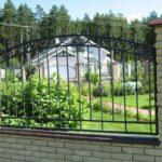 Забор из металлических прутков