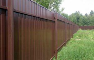 Забор в деревне из профлиста