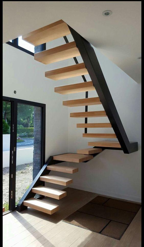 Одномаршевая лестница на второй этаж с деревянными ступенями