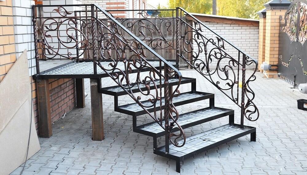 входная лестница на металлокаркасе на заказ
