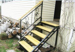 входная лестница на металлическом каркасе
