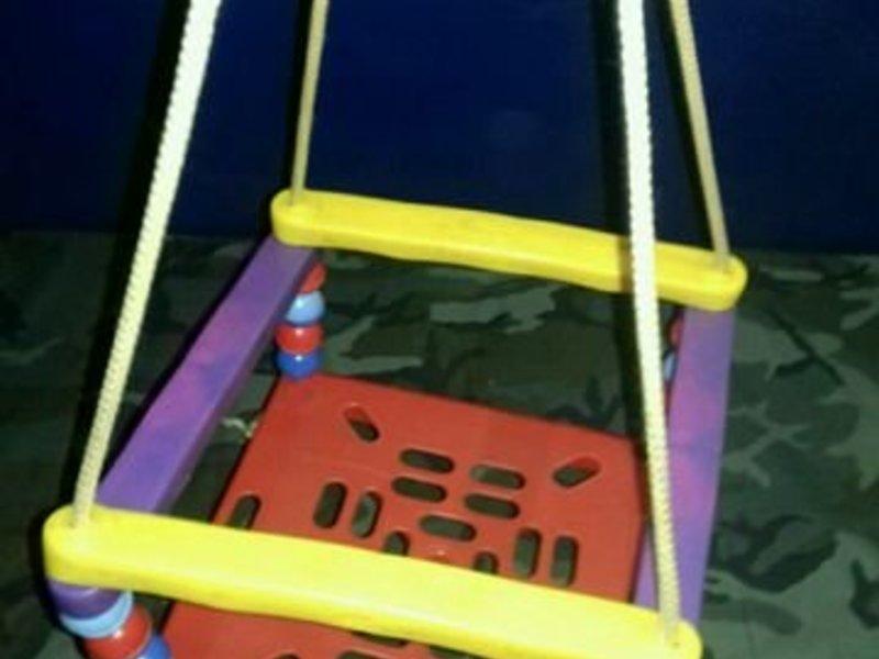 Пластиковые качели для детей