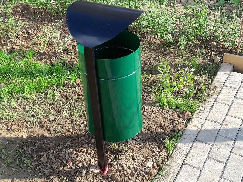 Металлическая уличная урна для мусора