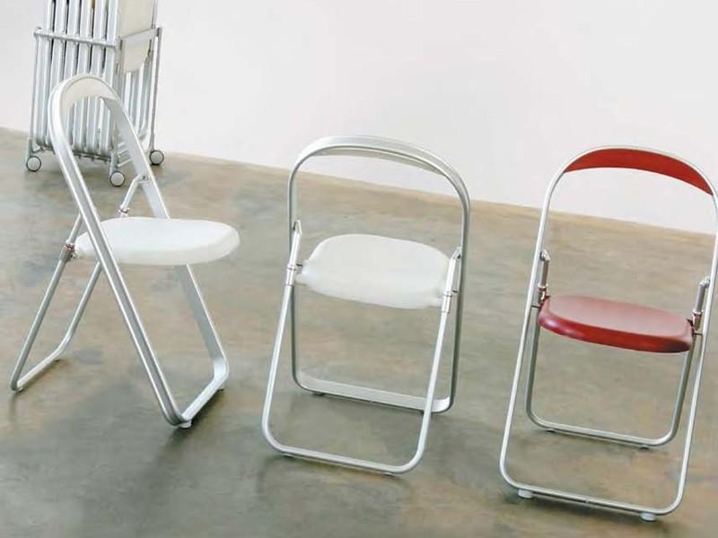 Складной металлический стул