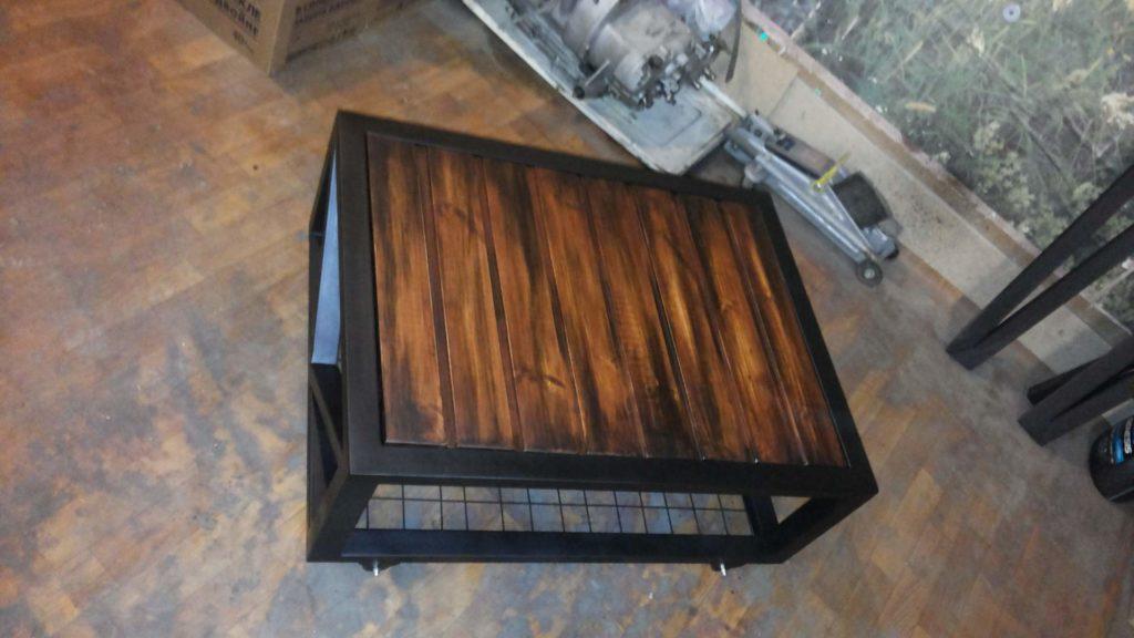 Небольшой стол лофт из металла