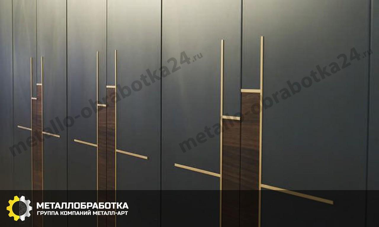 Двери с латунными вставками