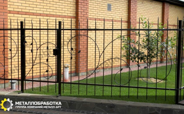 Сварной забор с элементами ковки