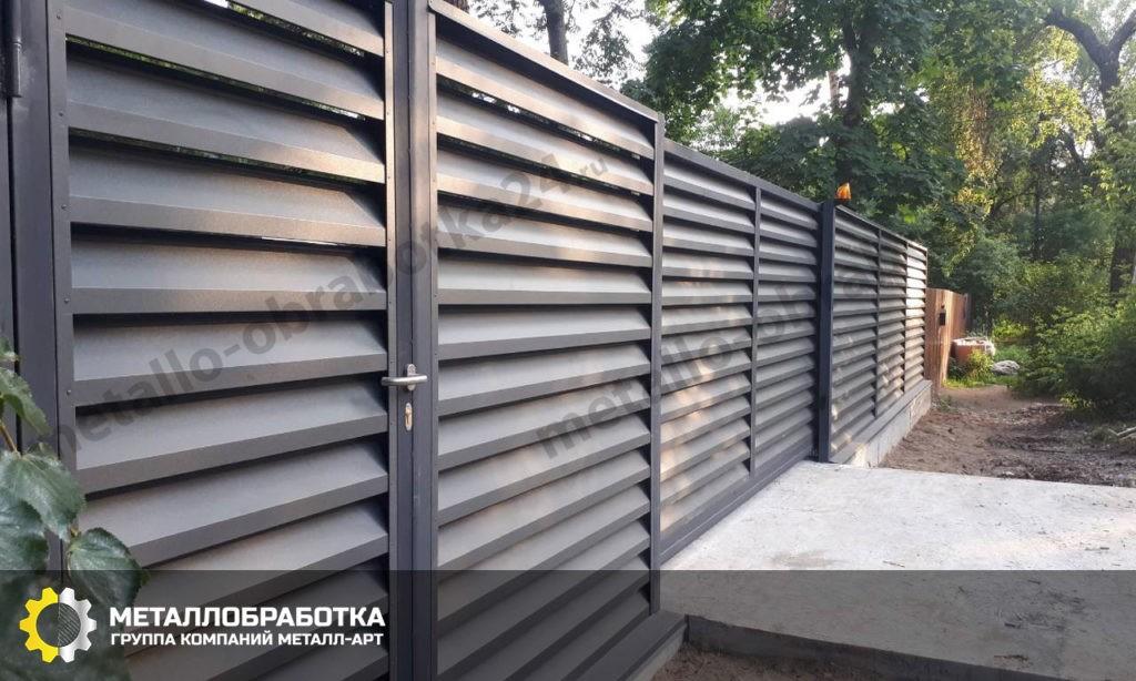 Горизонтальный забор из металлического штакетника