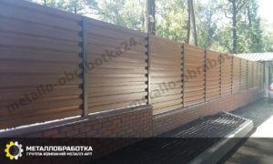 Забор из металлического штакетника горизонтальный