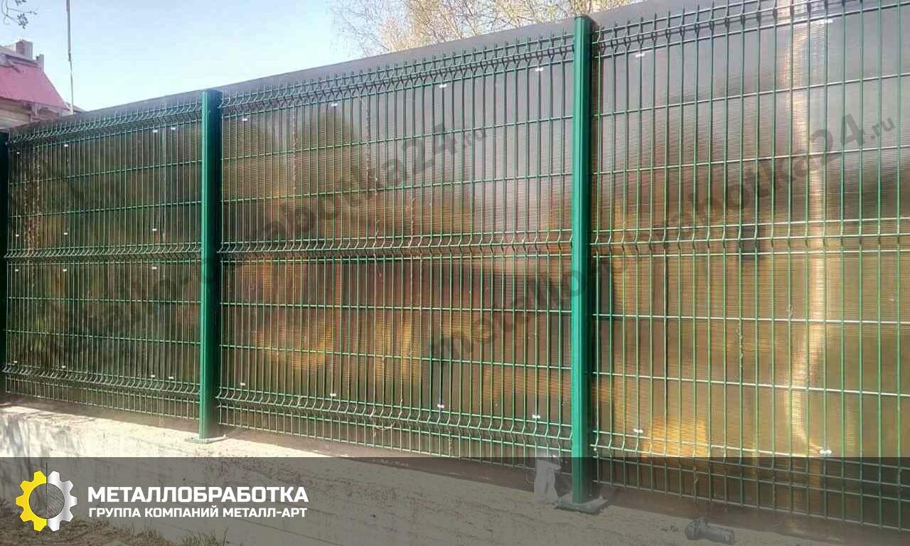Забор из монолитного поликарбоната на металлическом каркасе