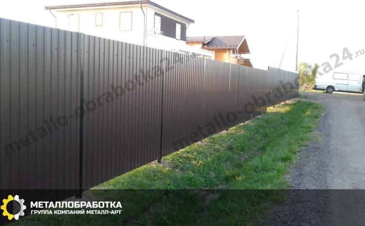 Забор из профлиста с металлическими столбами под ключ