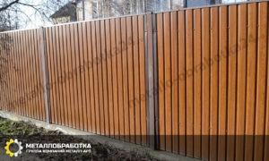 Двухсторонний забор из профнастила под дерево