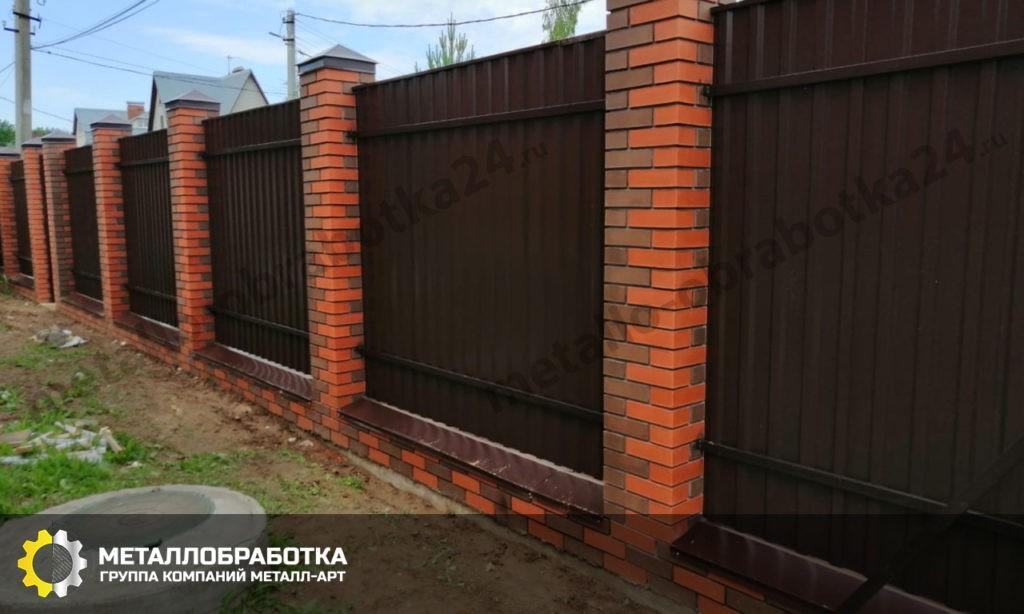 Забор из профнастила и кирпича