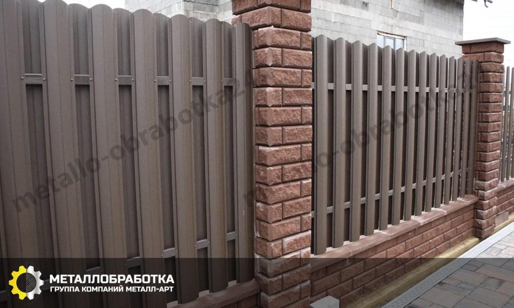 Забор из штакетника металлического со столбами