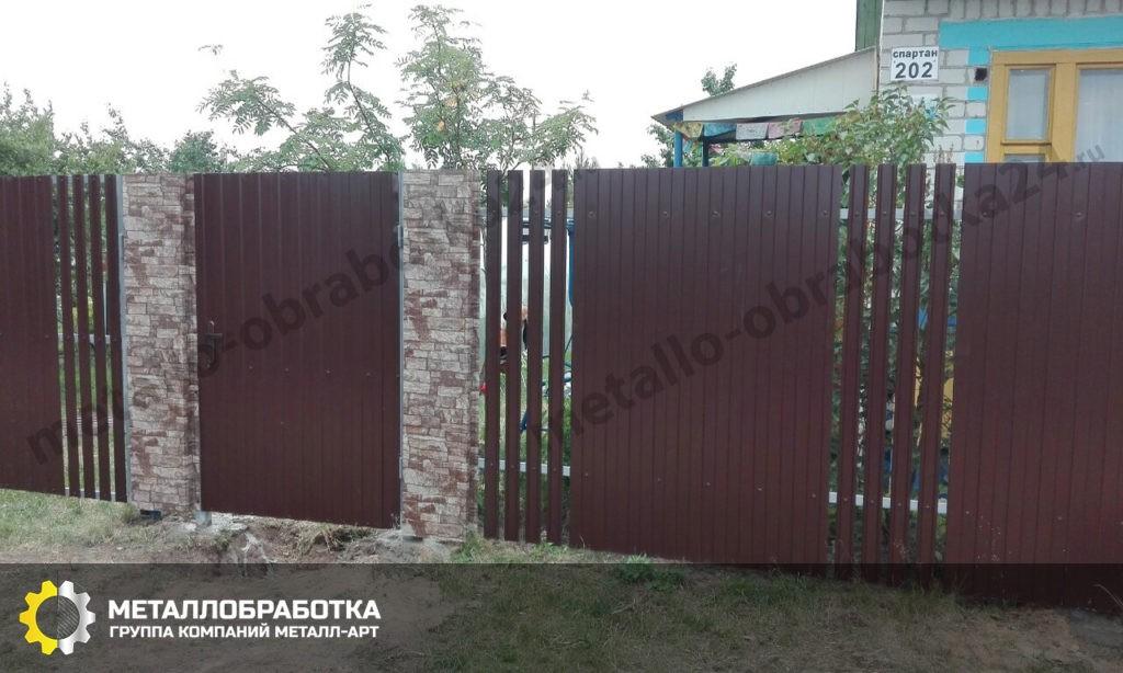 Забор комбинированный из профнастила и штакетника металлического