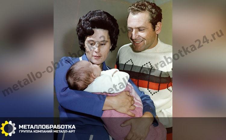 Летчик-космонавт СССР Герман Титов (справа) с женой Тамарой (слева) и дочерью Таней.