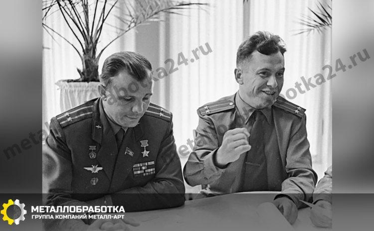 Летчики космонавты СССР Юрий Гагарин (слева) и Павел Попович (справа) на встрече с журналистами.