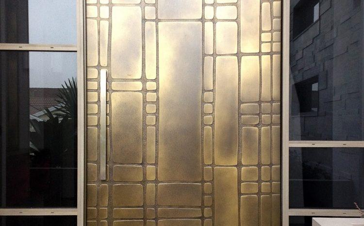 Дверь из латуни